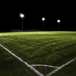 كم عدد اللاعبين العمانيين المسجلين والمنشآت الرياضية في السلطنة؟